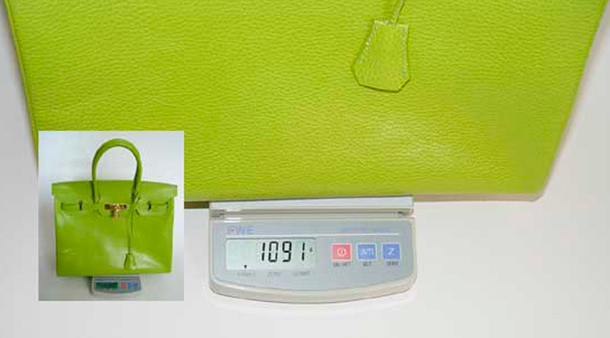 c50242370978 Если рукой помять сумку, то настоящая сразу восстановит форму, а подделка  останется деформированной. Большинство сумок Birkin изготовлены из телячьей  кожи, ...