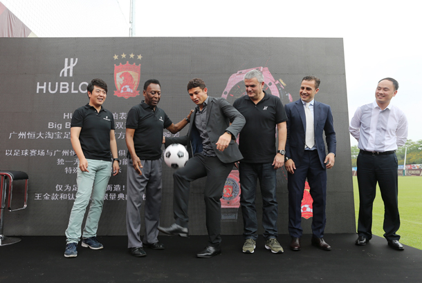 elkeson-kicks-off-the-lucky-ball-signed-by-pele-to-media