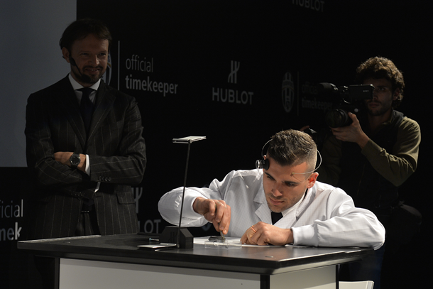 stefano-sturaro-trying-himself-at-a-watchmaker-lapresse