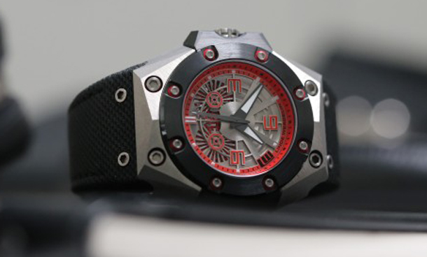 Linde-Werdelin-Oktopus-II-Double-Date-Titanium-Red-on-textile-strap