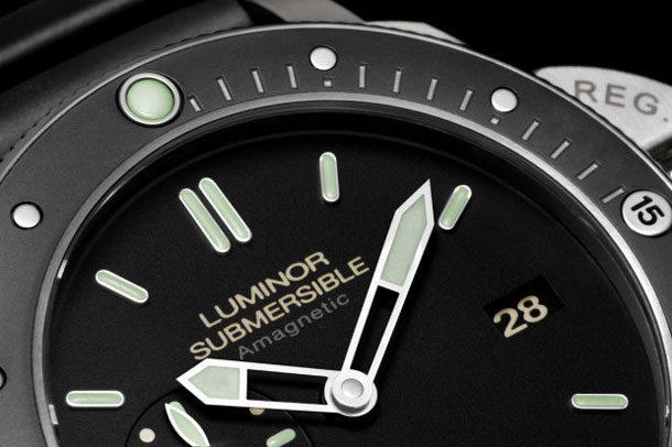 Panerai-PAM-389-Amagnetic-Luminor-Submersible-Closeup