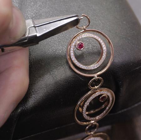 gubelin_jewellery_glowing_ember_bracelet_craftsmanship_copie